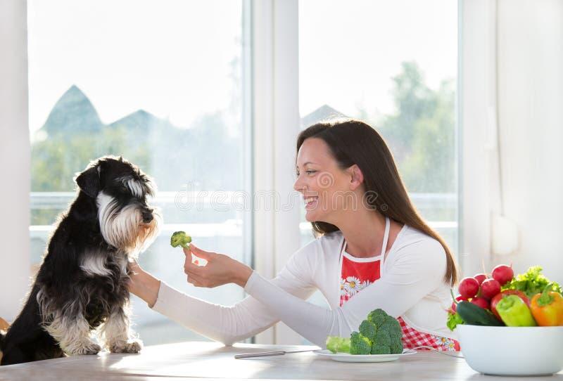 Erbjudande broccoli för kvinna som ska dogs arkivbilder