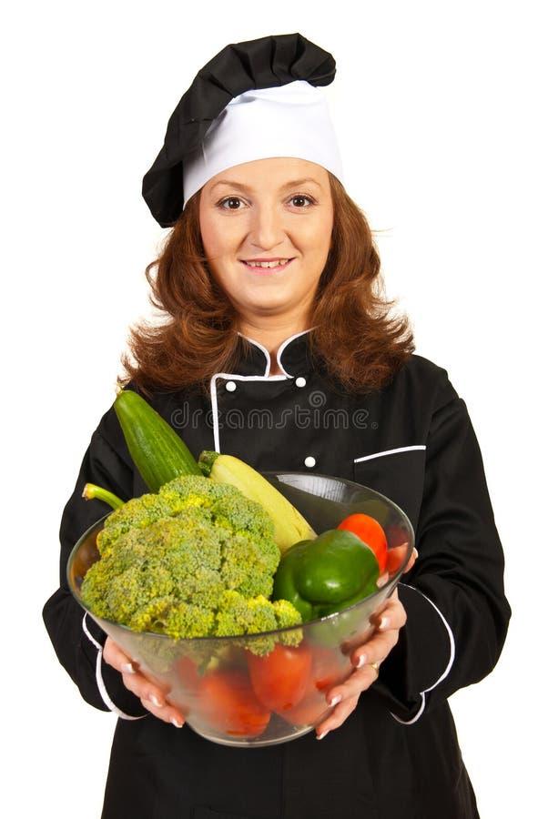 Erbjudande bunke för kockkvinna med grönsaker royaltyfria bilder