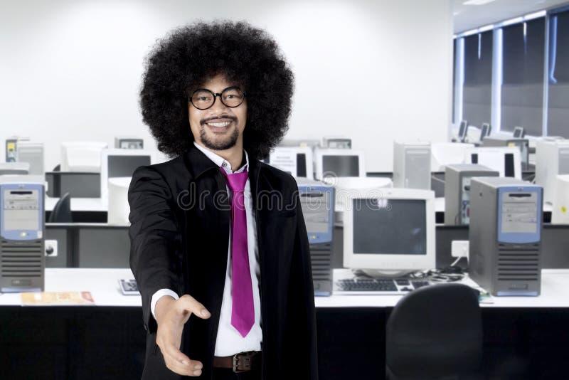 Erbjudande handskakning för afro- affärsman i arbetsplatsen arkivbild