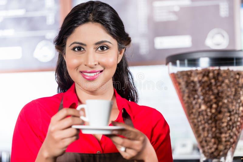 Erbjudande kaffe för indisk barista royaltyfri fotografi