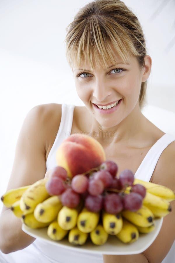 erbjudande kvinna för frukt arkivfoto
