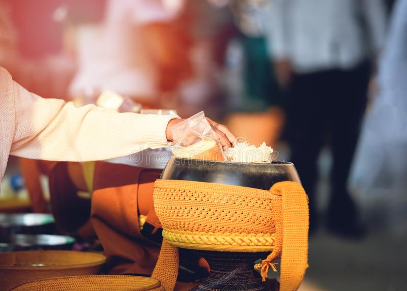 erbjudandemat till munkarna som ger allmosa för att bowla till de buddistiska munkarna royaltyfri foto