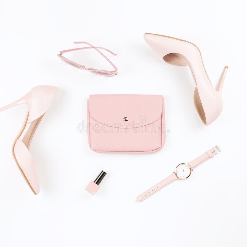 Erblassen Sie - rosa weibliche Schuhe und Mode-Accessoires auf weißem Hintergrund Mode Bloggerkonzept-Ebenenlage stockfoto