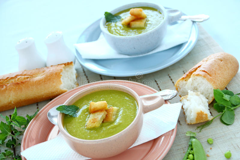 Erbsen-Suppe mit Minze lizenzfreies stockfoto