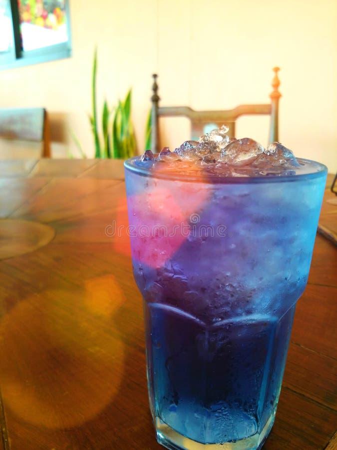 Erbsenblumenwasser lizenzfreie stockfotos