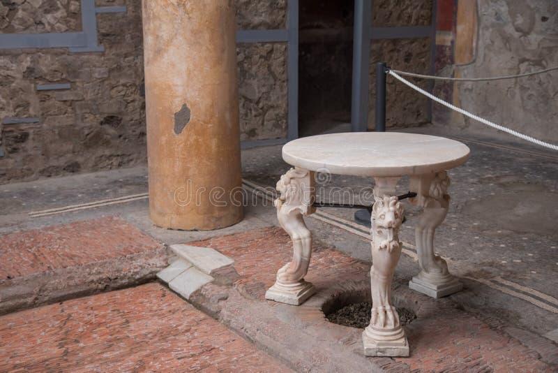 Ercolano, ITALIA - 4 novembre 2018 La tavola in rovine dello scavo di Ercolano in Ercolaono vicino a Napoli, Italia fotografie stock