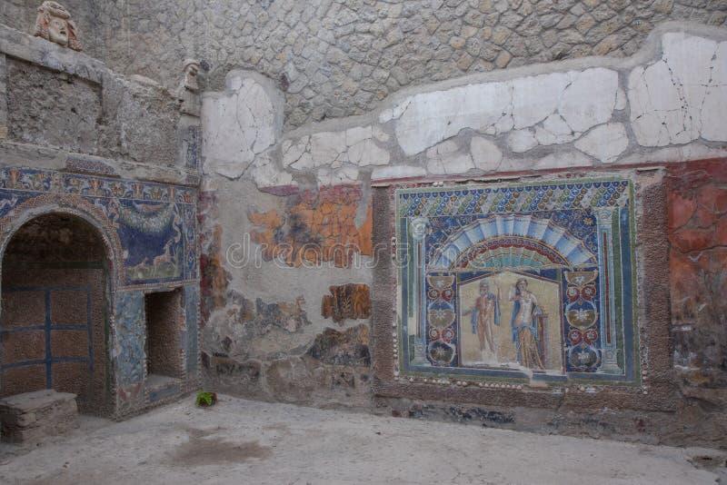 Ercolano, WŁOCHY - 04 Listopad, 2018 Neptune i Salacia ścienna mozaika przy Domową liczbą 22 w ruinach Herculaneum zdjęcia royalty free