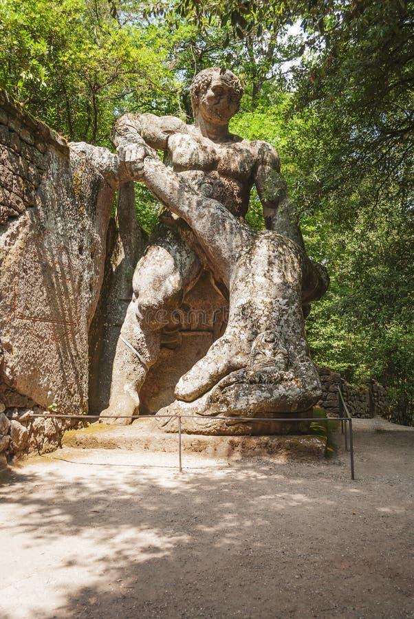 Ercole e Caco Hercules och Caco staty i parkera av monstren i Bomarzo, Italien arkivfoto