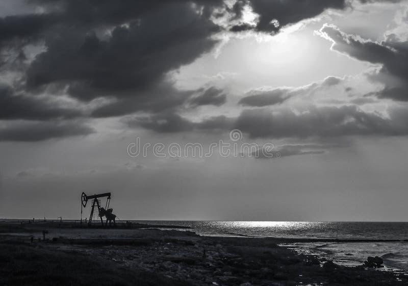 Erdölbohrturm und Wolken lizenzfreies stockfoto