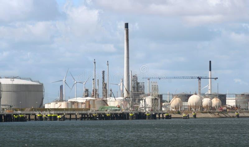 Erdölindustrie und Windmühlen lizenzfreie stockfotografie