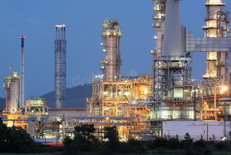 Erdölraffinerie an der Dämmerung lizenzfreie stockfotografie