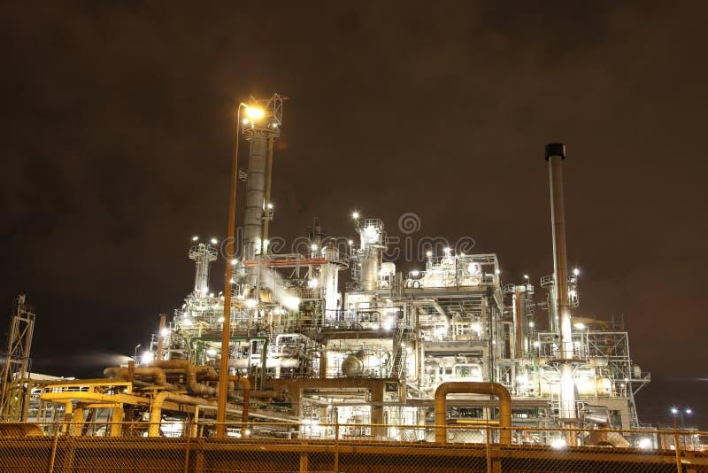 Erdölraffinerie nachts stockfotografie
