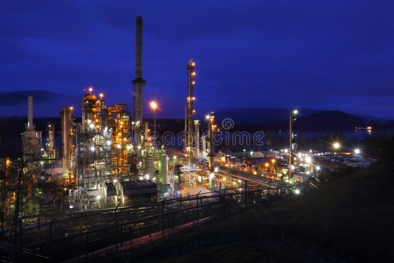 Erdölraffinerie-Nachtschicht lizenzfreies stockfoto
