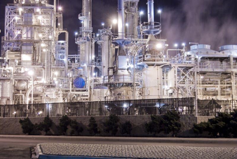 Erdölraffinerie und elektrisches Erzeugung stockbilder