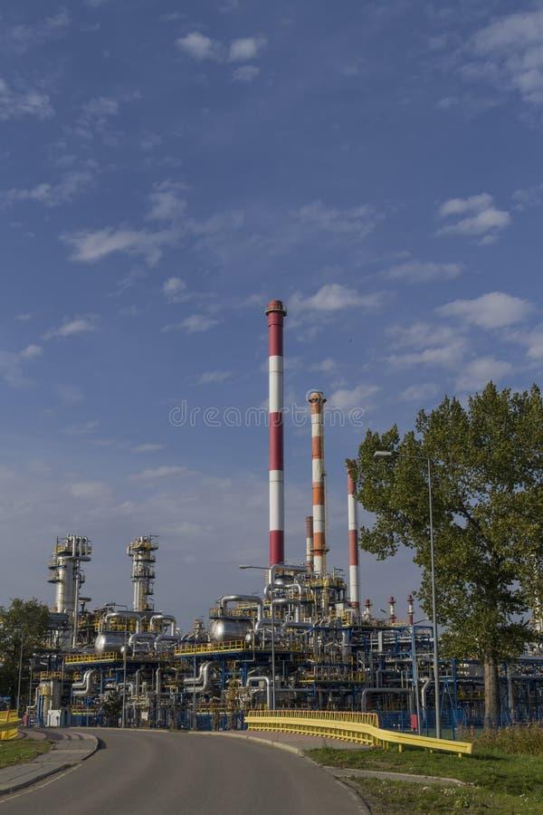 Erdölraffinerieanlage gegen blauen Himmel lizenzfreie stockbilder