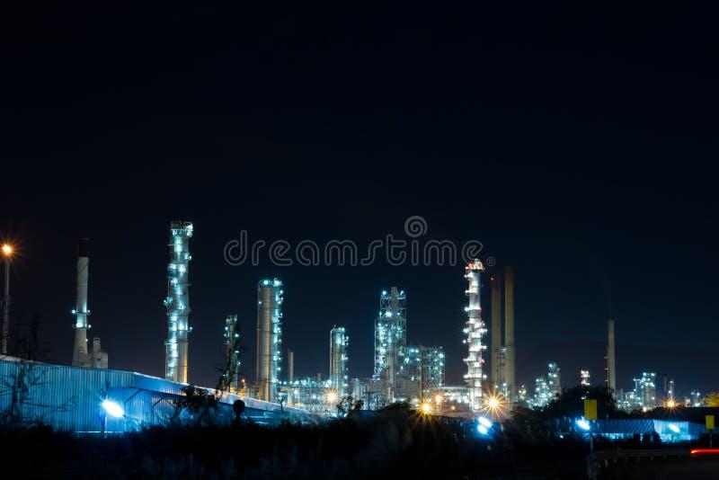 Erdölraffinerieanlage mit Leistunggenerator lizenzfreie stockbilder