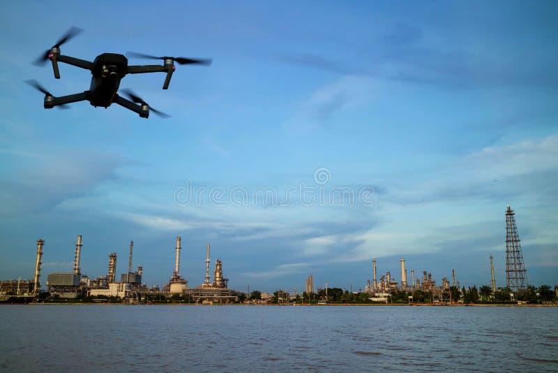 Erdölraffinerieanlage nahe Fluss und Brummen stockfotografie