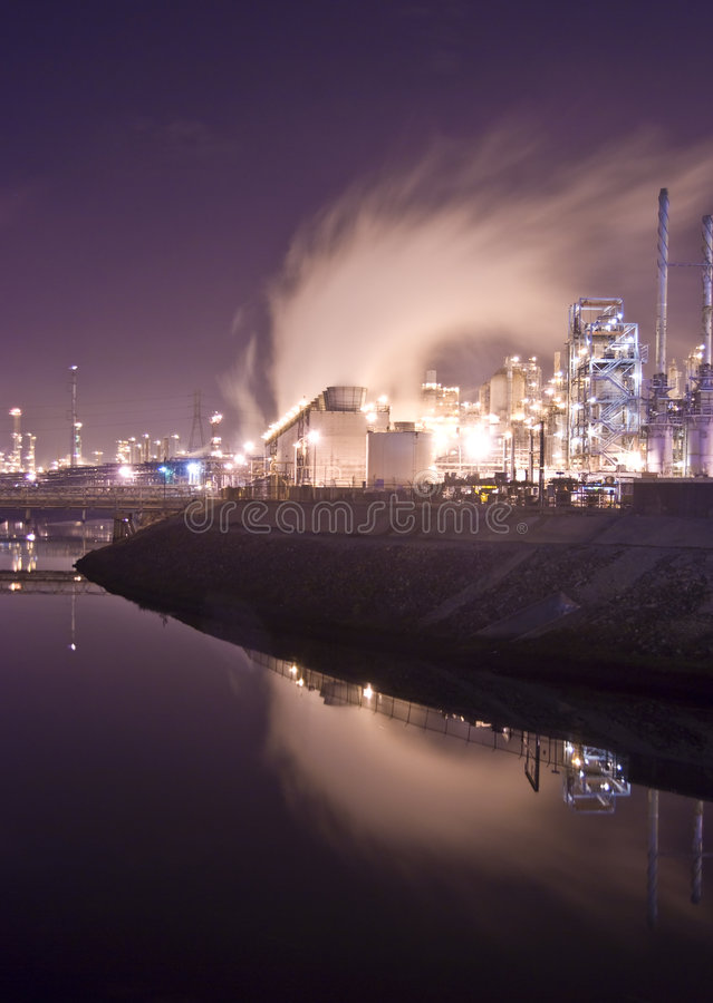 Erdölraffineriefluß durch Fluss stockbild