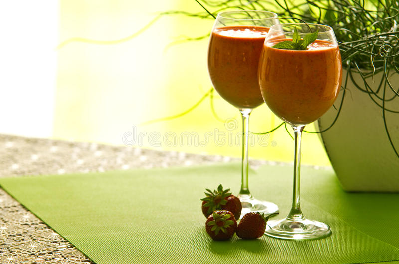 Erdbeercocktail in den Gläsern lizenzfreie stockbilder
