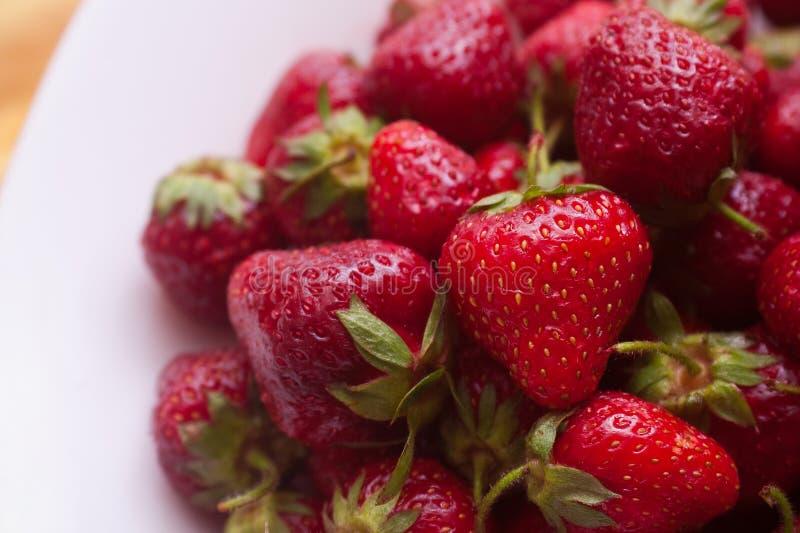 Erdbeere auf dem Teller lizenzfreies stockfoto