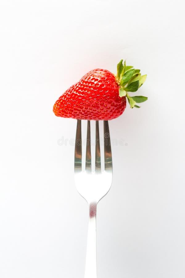 Erdbeere auf der Gabel getrennt auf Wei? stockfotos