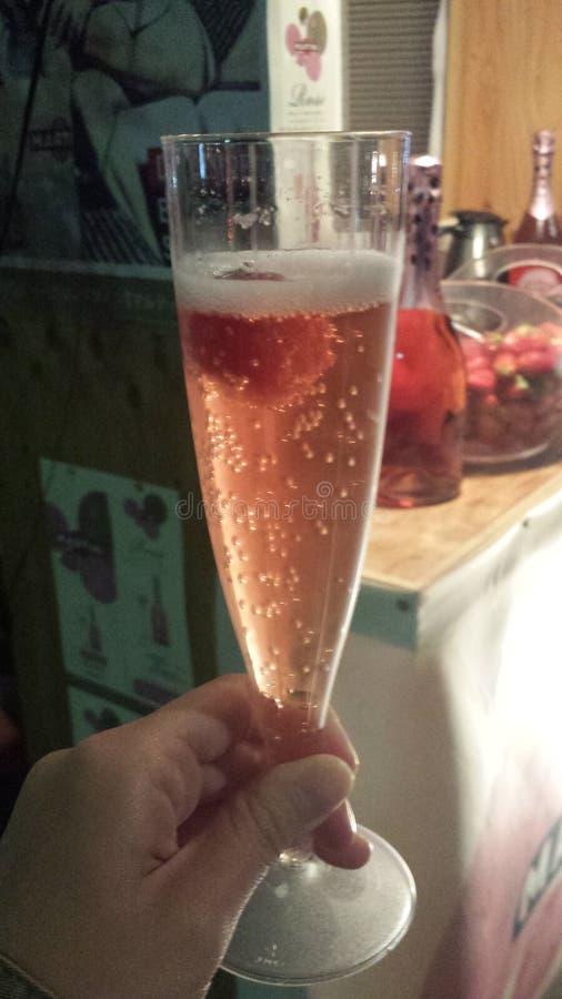 Erdbeere auf einer Champagne lizenzfreie stockfotografie