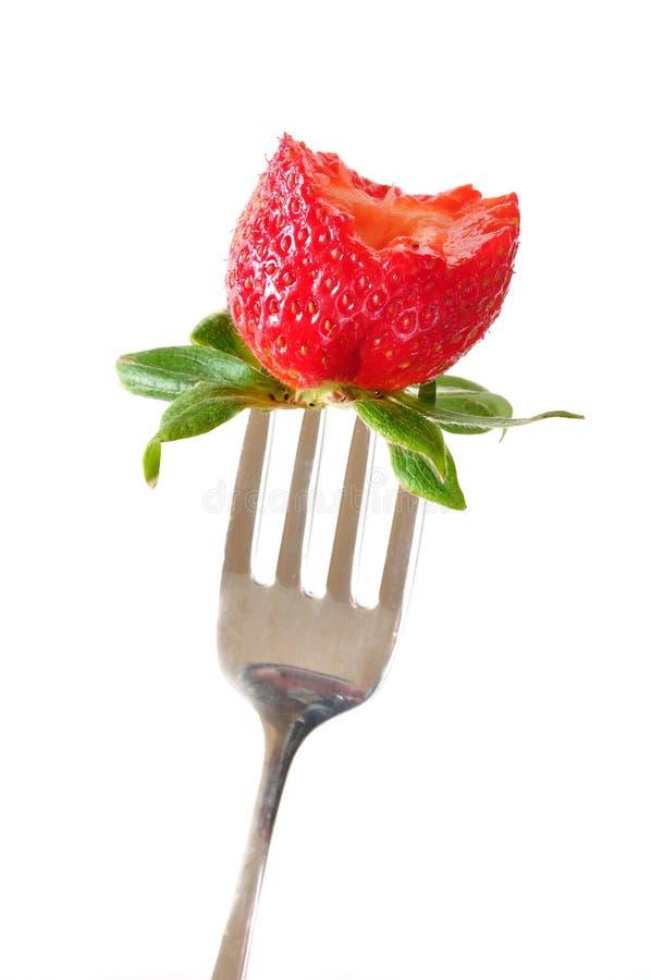 Erdbeere auf Gabel mit dem Bissen genommen stockfotos