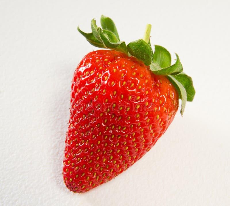 Erdbeere auf weißem strukturiertem Hintergrund
