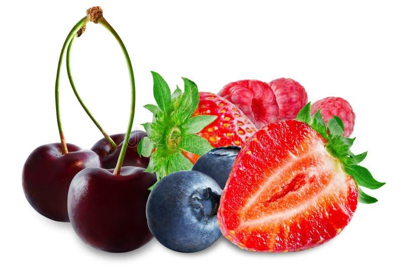 Erdbeere, Blaubeere, Kirsche, Himbeere auf einem weißen lokalisierten Hintergrund lizenzfreie stockbilder