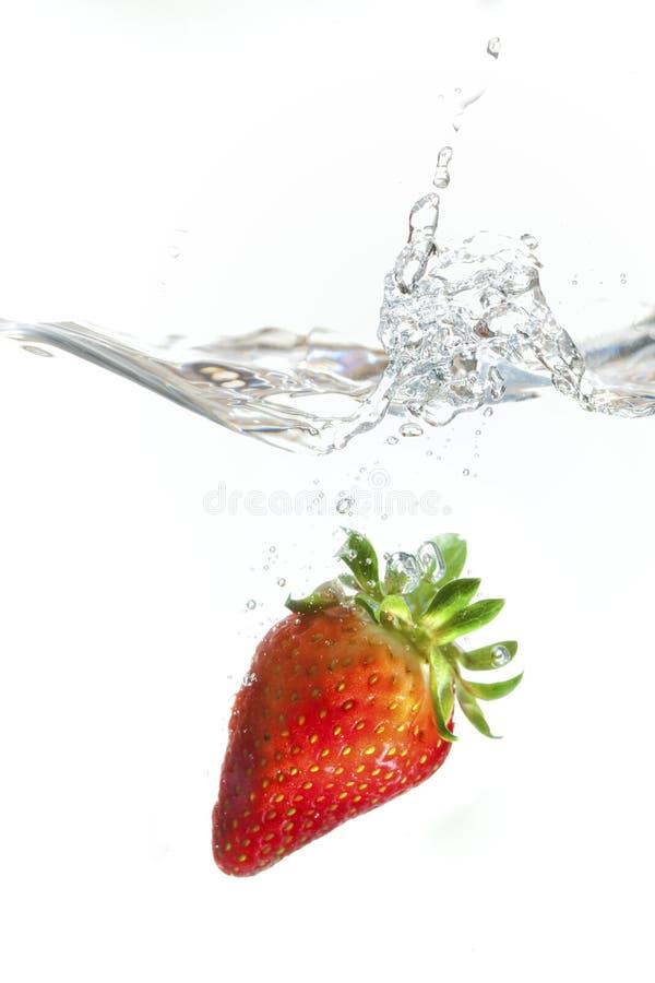 Erdbeere, die in Wasser spritzt stockfoto