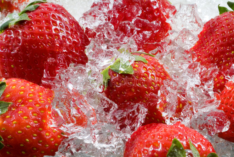 Erdbeere eingefroren im Eis lizenzfreies stockbild