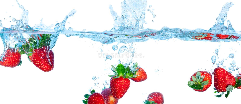 Erdbeere fiel in Wasser stockbild