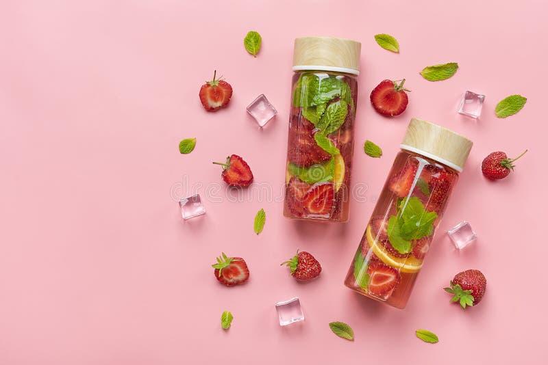 Erdbeere goss Wasser, Cocktail, Limonade oder Tee hinein lizenzfreies stockbild