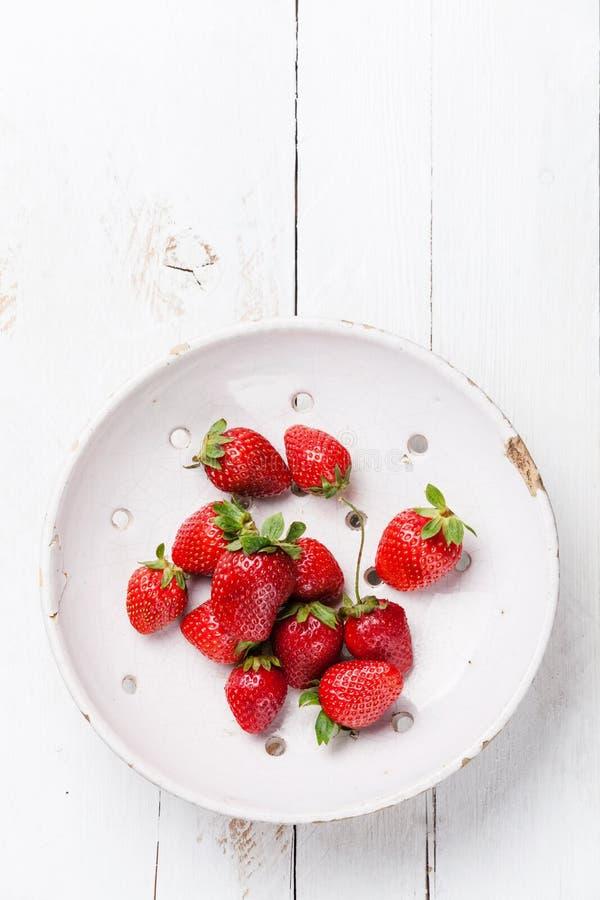 Erdbeere im keramischen Sieb stockfotografie