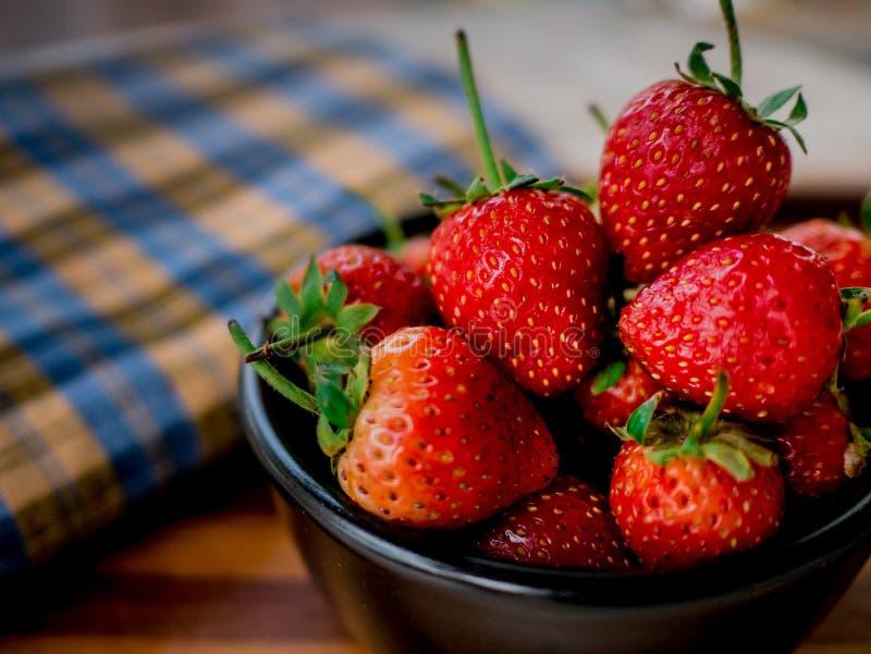 Erdbeere im Schüsselschwarzen stockbilder
