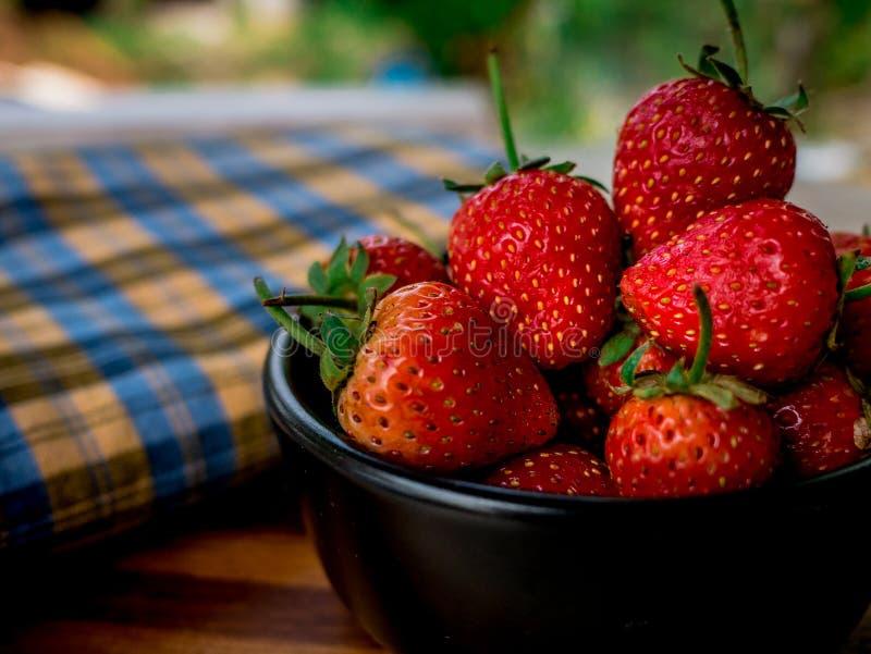 Erdbeere im Schüsselschwarzen lizenzfreie stockfotografie