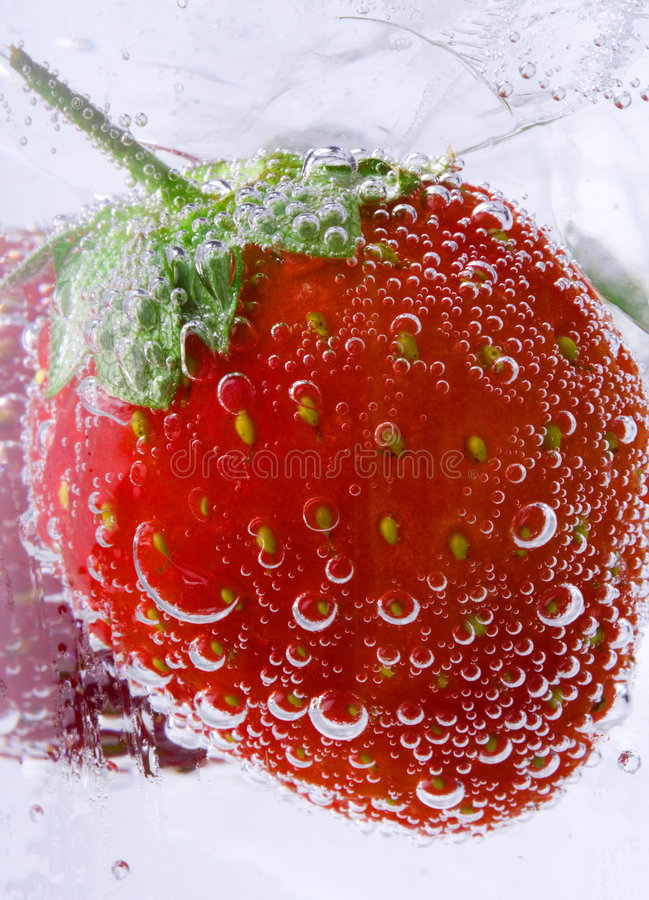 Erdbeere im Soda stockfoto