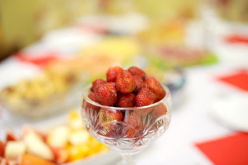 Erdbeere im Vase lizenzfreies stockbild