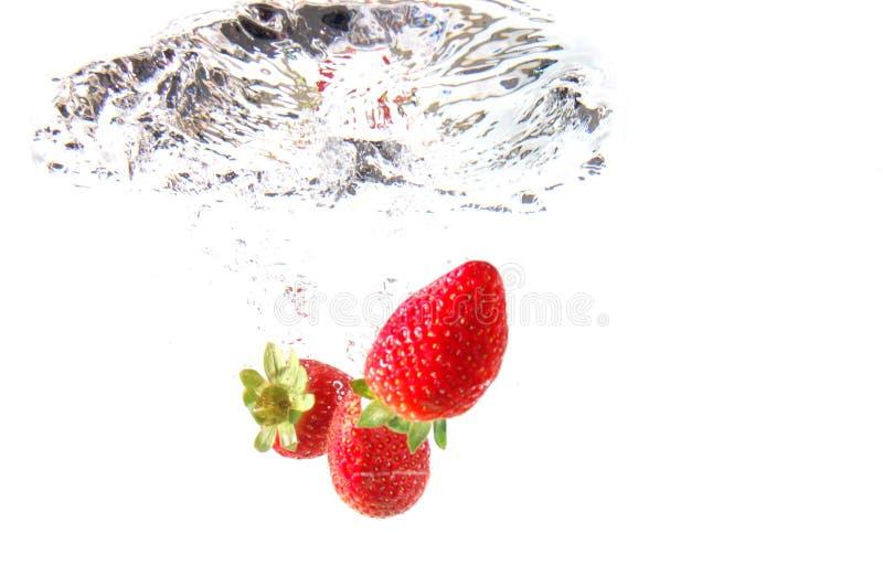 Erdbeere im Wasser stockfoto