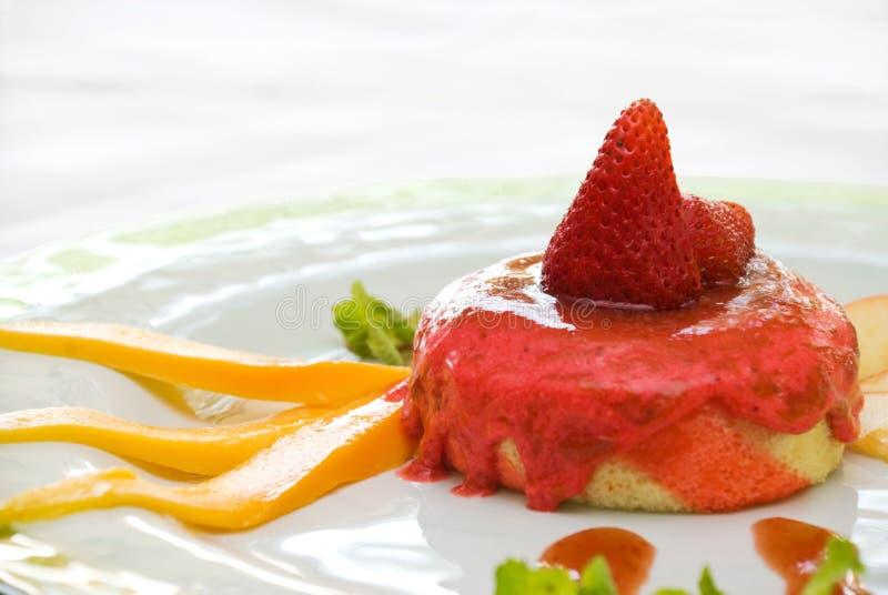 Erdbeere-Kremeis-Kuchen lizenzfreie stockfotografie