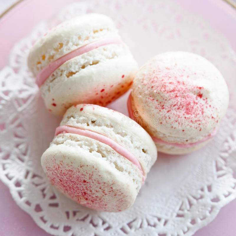 Erdbeere-macarons lizenzfreies stockbild