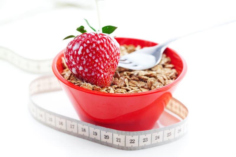 Erdbeere, Milch, Gabel, Maßband und Weizen lizenzfreie stockfotos