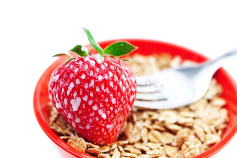 Erdbeere, Milch, Gabel und Weizen stockfotografie