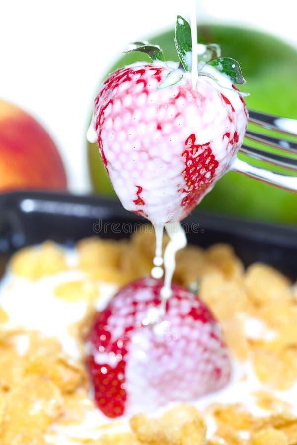Erdbeere, Milch und Flocken in einer Schüssel stockfotos