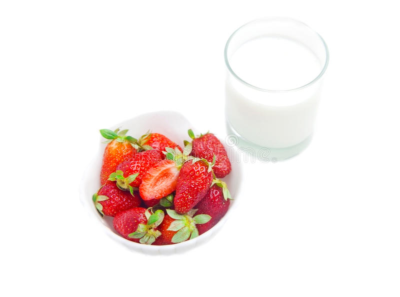Erdbeere mit Glas Milch stockbilder