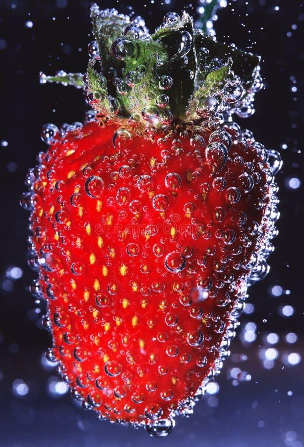 Erdbeere mit Luftblasen stockfotos