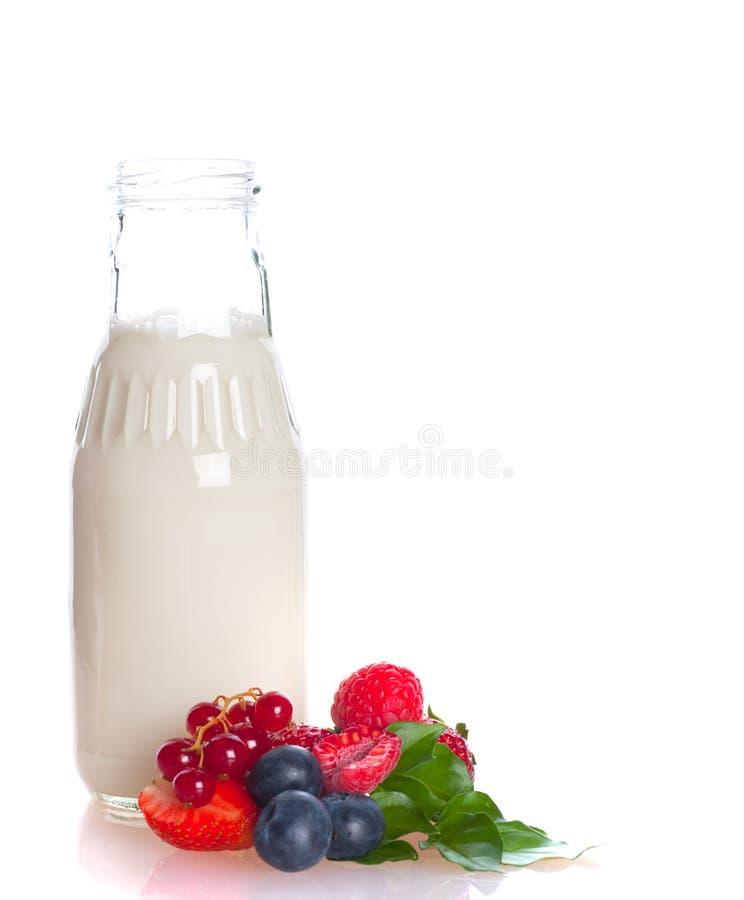 Erdbeere mit Milch lizenzfreies stockfoto