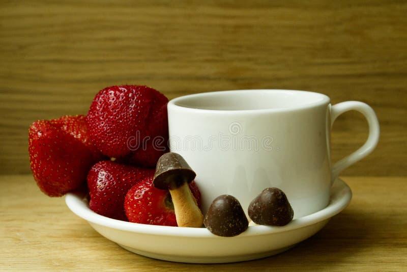 Erdbeere mit Plätzchen in Form der Pilze stockbild