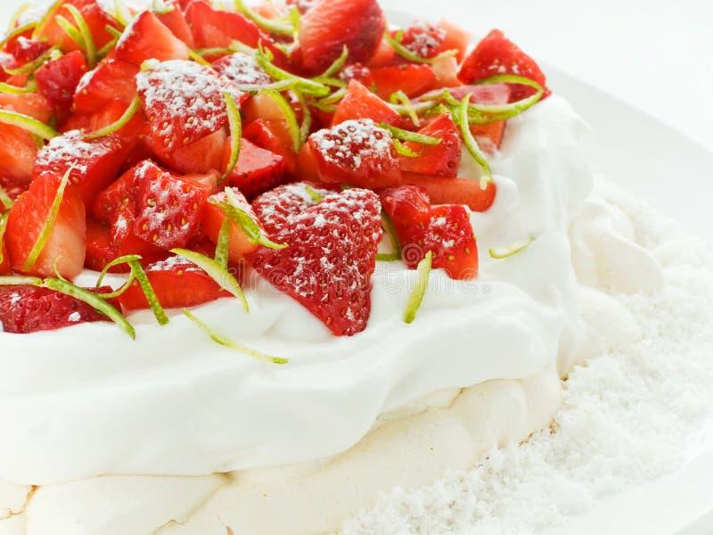 Erdbeere Pavlova lizenzfreies stockfoto