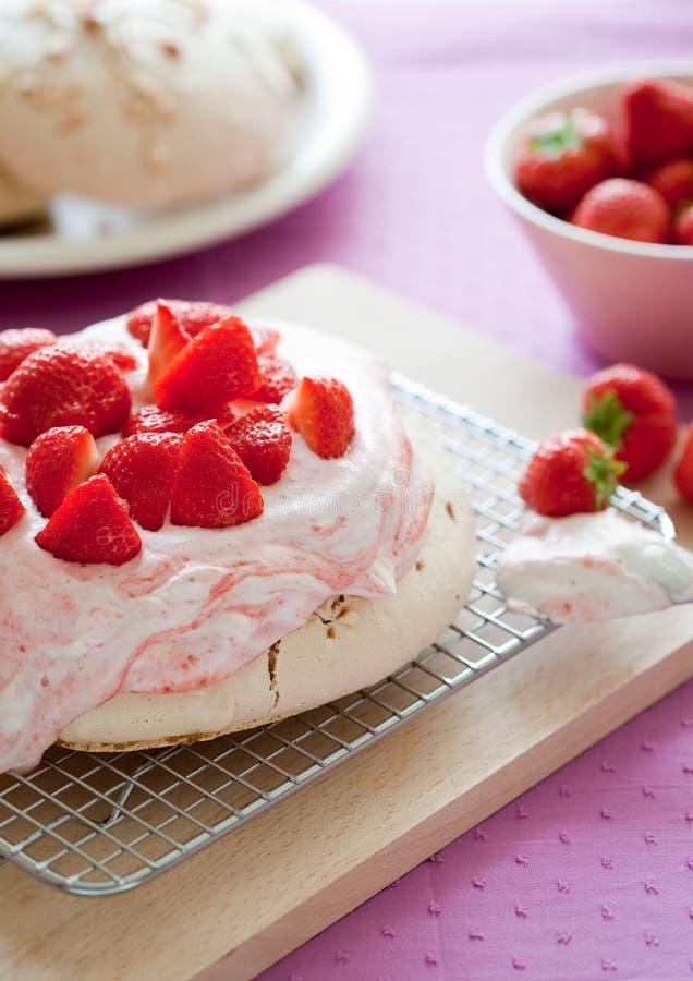 Erdbeere pavlova lizenzfreie stockfotografie